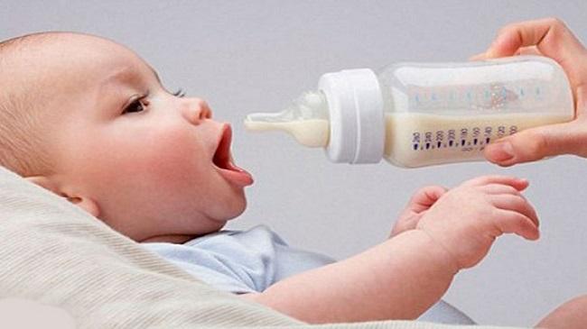 Tăng cường cữ bú và cho trẻ uống nhiều nước hơn