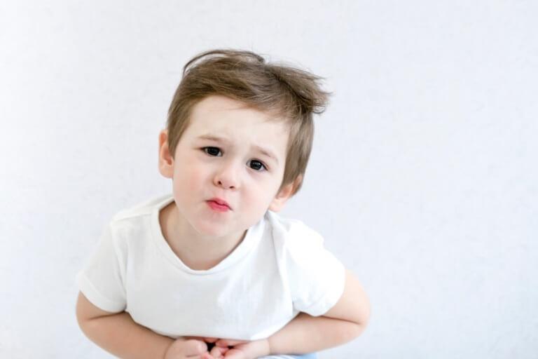 Trẻ bị táo bón thường bị đau bụng quanh rốn hoặc phần dưới bên trái của bụng