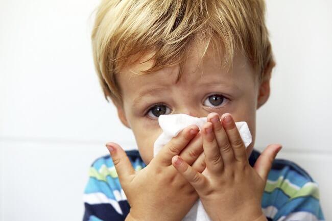 Bé 4-5 tháng tuổi bị ho và sổ mũi do hệ hô hấp của trẻ sơ sinh chưa hoàn thiện
