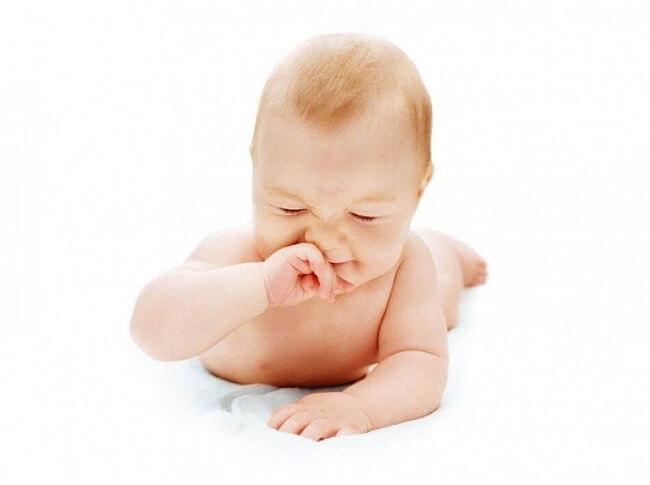 Trẻ nghẹt mũi do dị ứng có thể kéo dài hàng tuần, thậm chí hàng tháng