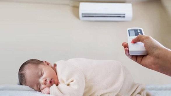 Trẻ bị sốt viêm họng vẫn có thể nằm điều hòa nếu mẹ biết dùng đúng cách