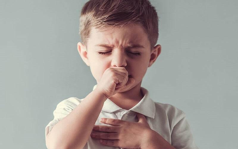 Ho là triệu chứng điển hình khi trẻ bị viêm đường hô hấp trên