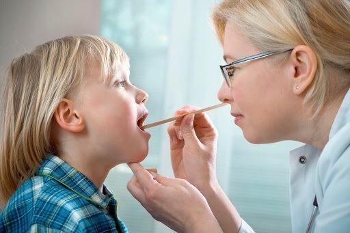 Trẻ bị viêm va quá phát có biểu hiện gì?