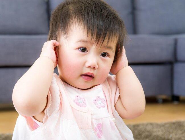 Trẻ kêu đau tai khiến cả nhà lo lắng vì không biết nguyên nhân tại sao