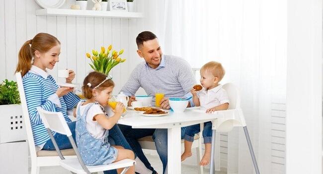 Nên cho bé ăn cùng với cả gia đình