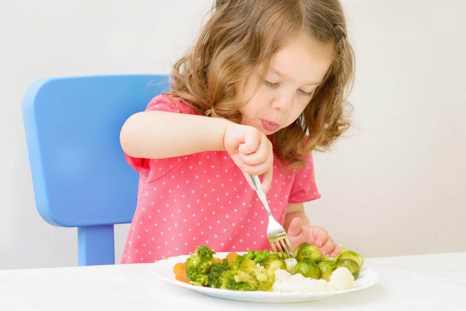 Cho bé ăn những bữa ăn phụ lành mạnh