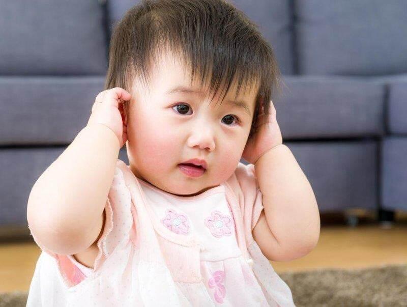 Trẻ hay kéo tai là biểu hiện điển hình của trẻ nhỏ khi bị viêm tai giữa