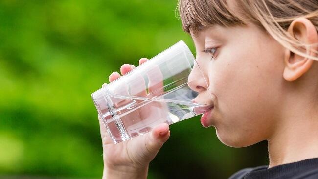 Cho bé uống đủ nước