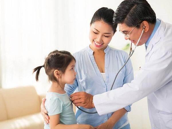 Đưa trẻ đến gặp bác sĩ nếu thấy tình trạng viêm xoang kéo dài và không cải thiện