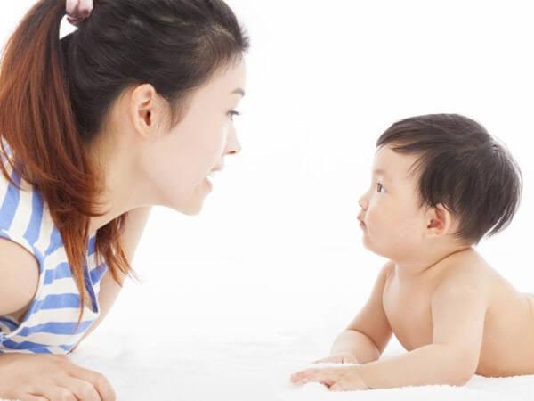 Phát âm và vận động cho bé theo từng tháng