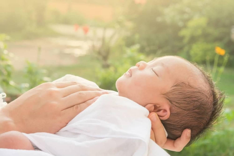 Bổ sung vitamin d cho trẻ bằng cách tắm nắng