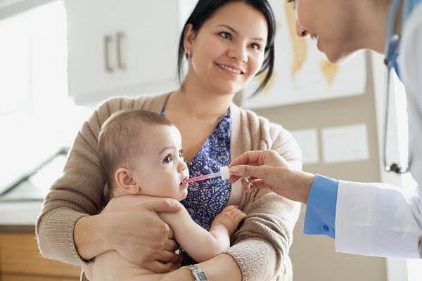 Đưa trẻ đến gặp bác sĩ nếu không muốn trẻ thừa vitamin D