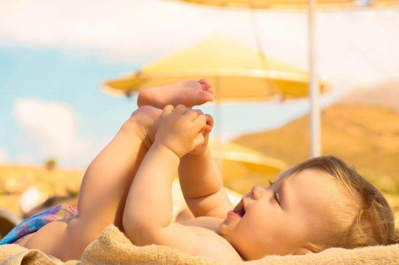Tắm nắng hạn chế hiện tượng trẻ thừa vitamin D không cần thiết