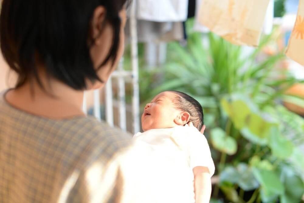 Trẻ sơ sinh không nên tắm nắng