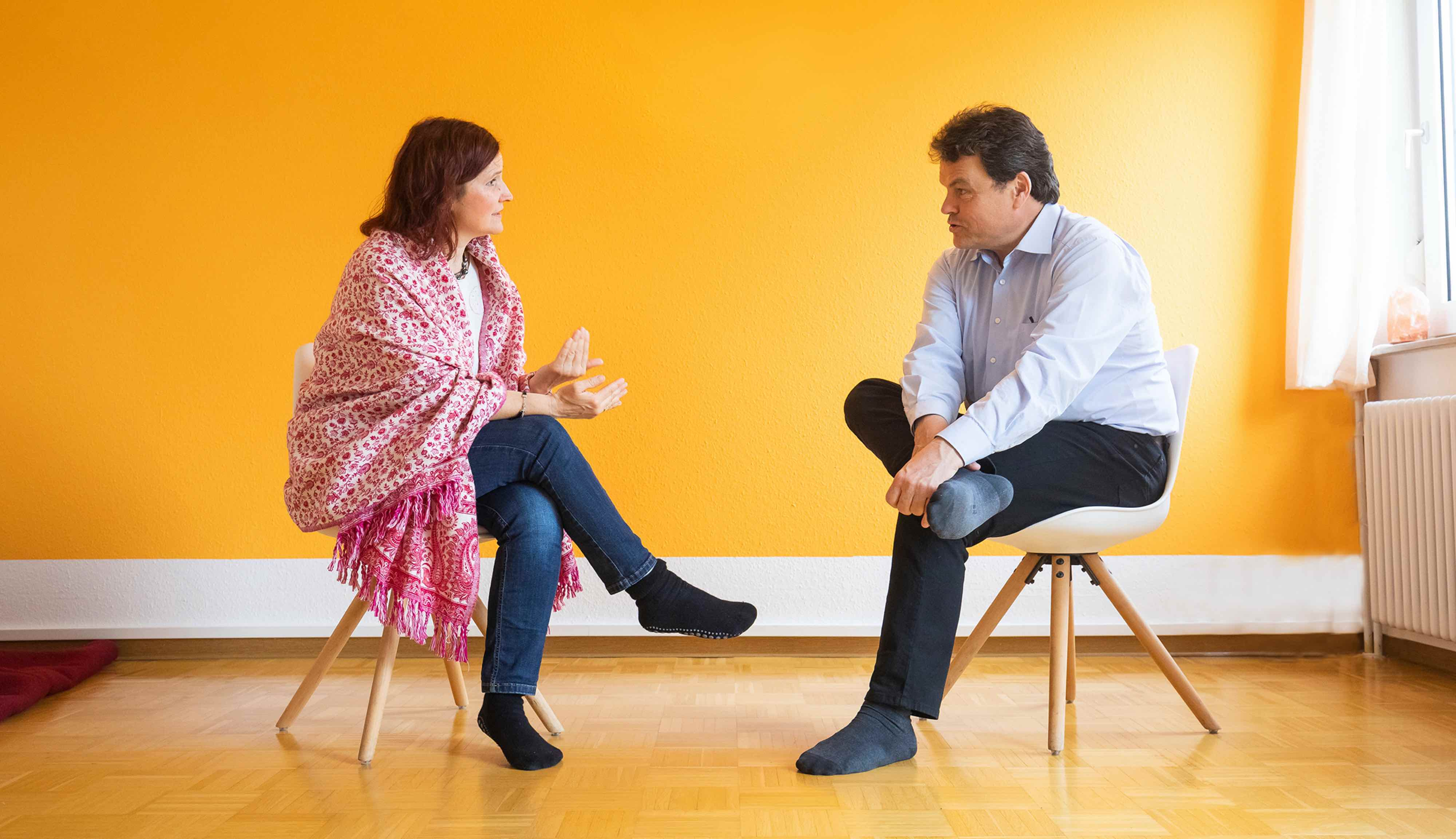 im Gespraech mit Klient in der Praxis für Psychotherapie