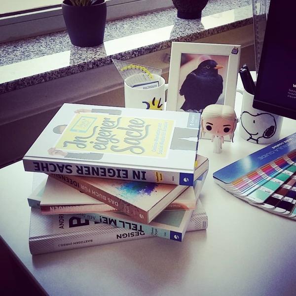 instagram Stapel Bücher am Arbeitsplatz