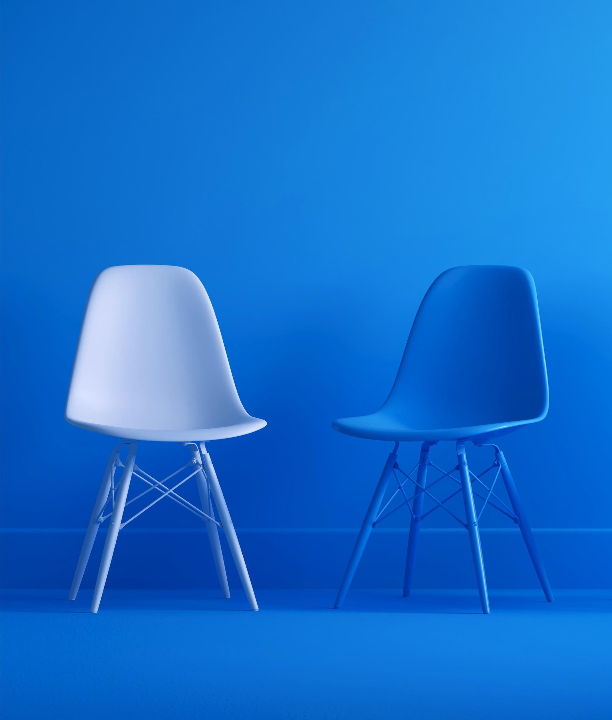 Photo de chaises modernes sur fond bleu.