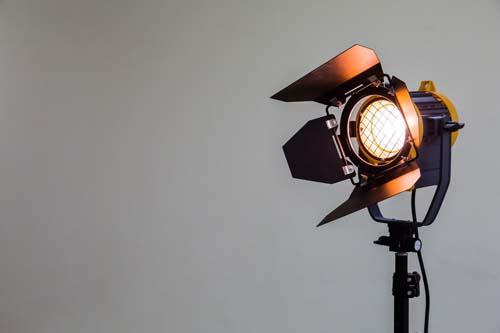 Ein Fresnell Scheinwerfer mit warmweissem Licht