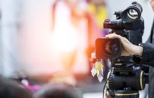 Eine Videokamera mit Sonnenlicht im Hintergrund