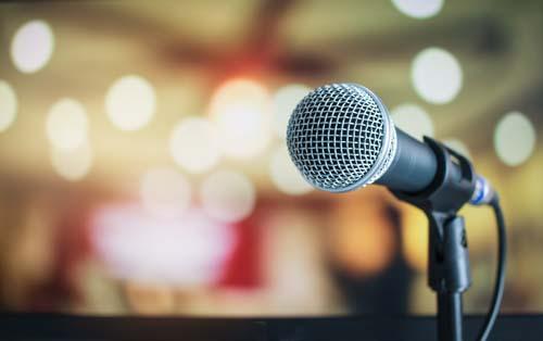 Ein Mikrofon vor unscharfem Hintergrund