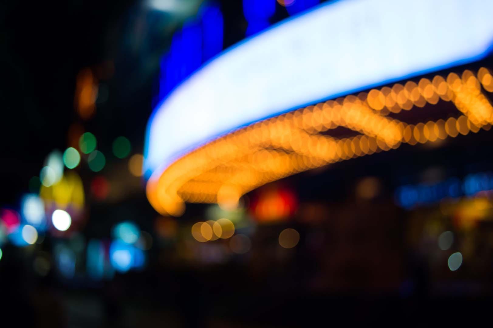 Eine grosse LED-Wand für Werbeanzeigen