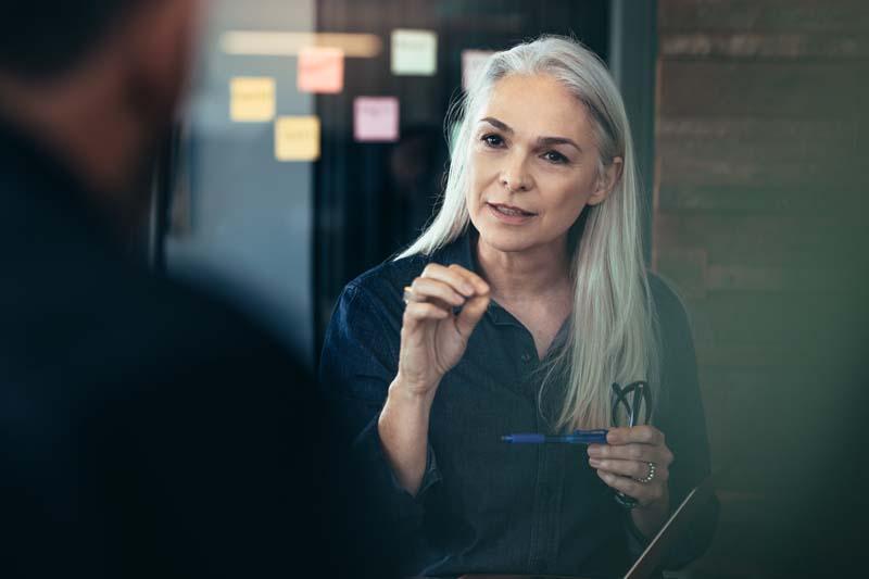 Eine erfahrene Frau berät einen Kunden