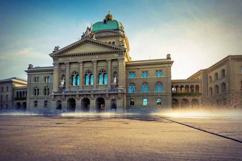 Das Bundeshaus in Bern in morgentlichem Licht