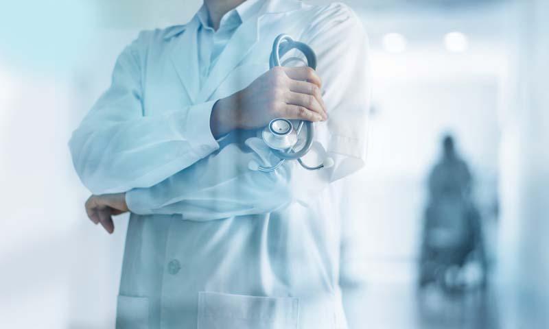 Ein Arzt mit Stethoskop in der Hand