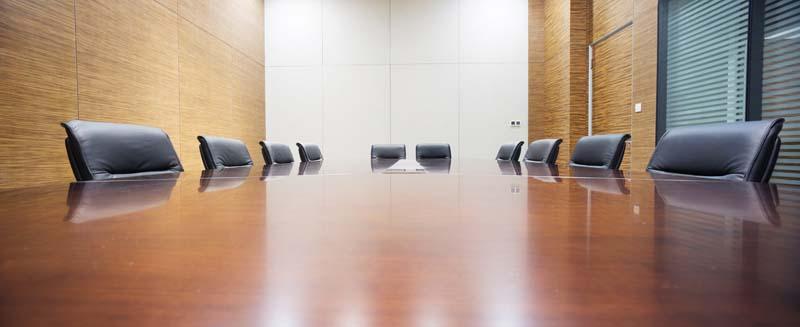 Boardroom mit leerem Meeting Tisch und Tischmikrofonen