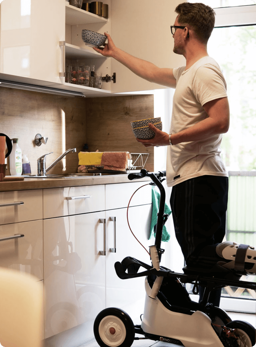 Patient mit ORTHOSCOOT in der Küche