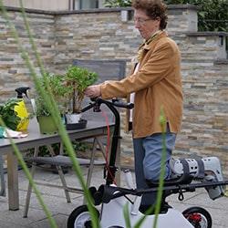 Patientin mit Orthoscoot im Garten