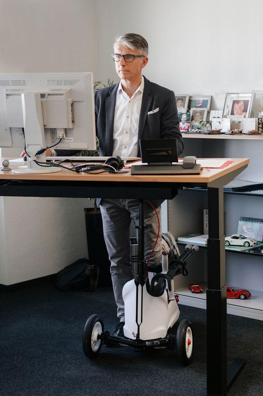 Manager mit ORTHOSCOOT am Schreibtisch