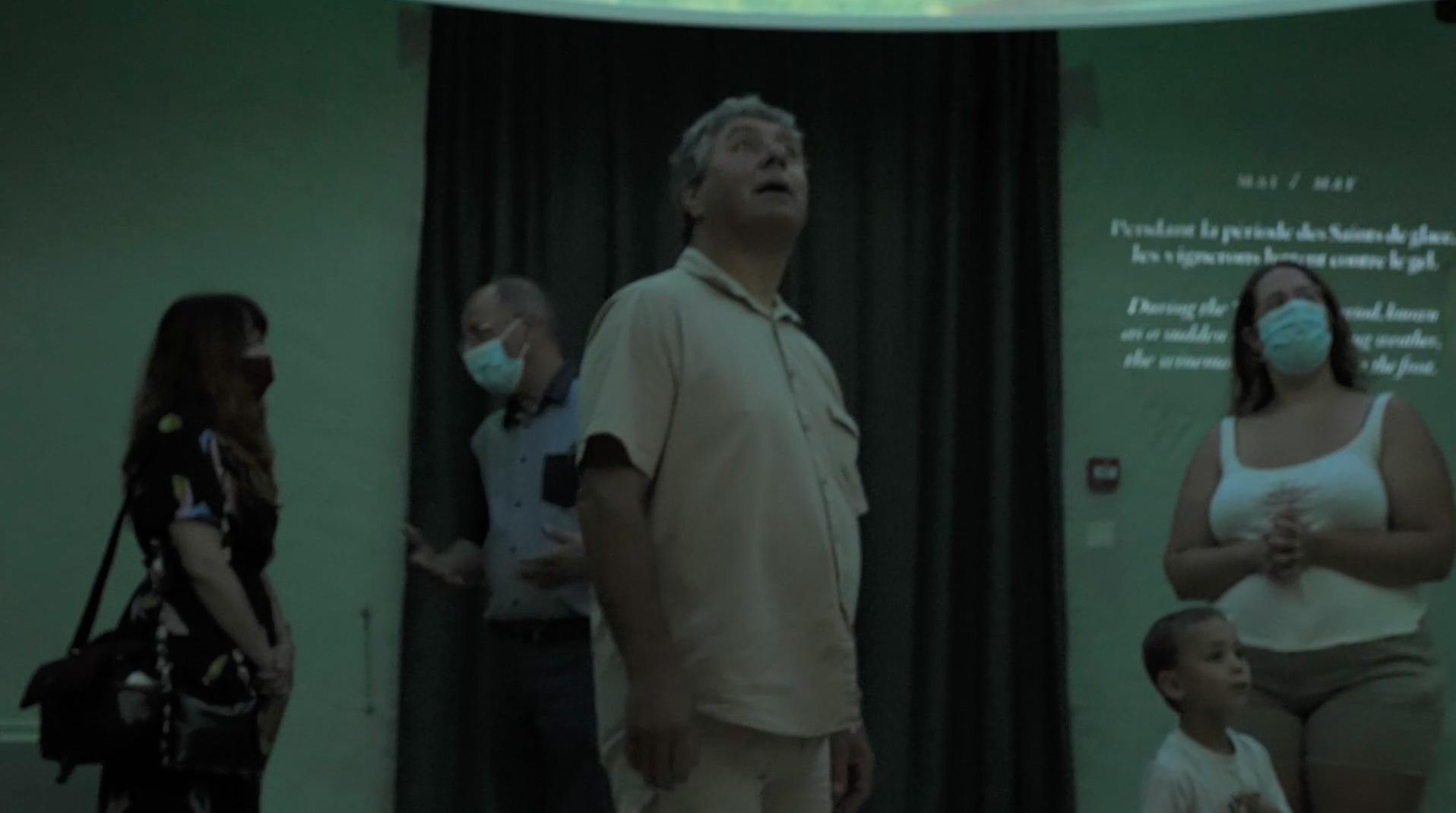 Homme regardant la vidéo du musée de Cheverny