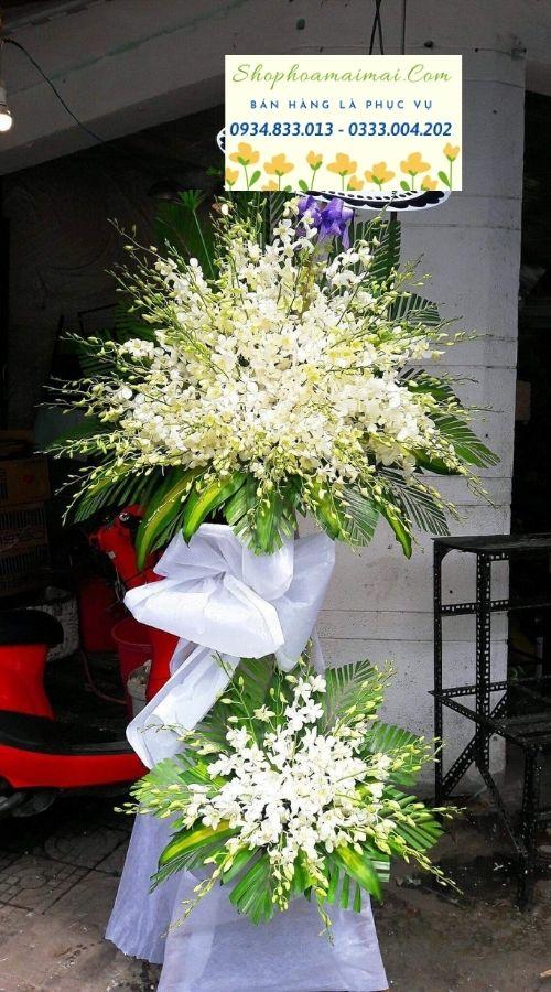 Hoa tươi được thiên nhiên ban tặng với muôn hình vạn trạng. Mỗi loài hoa là một thông điệp ý nghĩa gửi đến cuộc sống chúng ta. Với tác dụng lớn về mặt tinh thần, hoa tươi ngày càng được sử dụng phổ biến và đóng vai trò quan trọng trong đời sống sinh hoạt hàng ngày của con người. Bên cạnh những bông hoa tươi làm quà tặng, hoa chúc mừng, hoa còn được sử dụng và đạt hiệu quả cao trong việc gửi lời chia buồn trong hoàn cảnh nhất định, đặc biệt là trong các nghi thức tang lễ. Hoa chia buồn được thiết kế dựa trên những quan niệm văn hóa của người Việt trong nghi thức tang lễ, phù hợp với không khí trang nghiêm và đạt hiệu quả cao trong việc gửi lời chia buồn đến với gia quyến. Mỗi một lẵng hoa, kệ hoa viếng chia buồn gửi đến tang lễ như một lời động viên sâu sắc gửi đến người ở lại, cùng tấm lòng thành kính phân ưu tiễn đưa linh cửu người về với cõi vĩnh hằng.