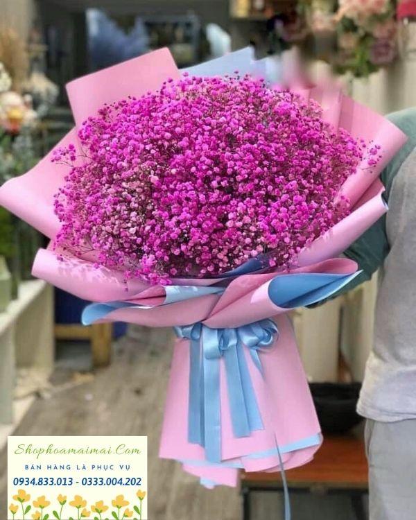 """Có thể nói hoa tươi là món quà mang giá trị tinh thần vô cùng lớn khi sử dụng làm quà tặng. Trong đời sống xã hội hiện đại, hoa đóng vai trò quan trọng trong việc thể hiện tình cảm, sự quan tâm và chuyển tải thông điệp, lời nhắn ý nghĩa đến với những người thân quanh ta một cách tinh tế, lịch sự nhưng sâu sắc. Những bó hoa tươi được kết hợp theo nguyên tắc khoa học, hài hòa với nhau, tạo nên những món quà đa dạng sắc màu, phong phú kiểu dáng. Song, món quà được làm từ hoa tươi không kém phần ý nghĩa khi vẻ đẹp tinh túy đó có thể nói hộ lòng người lời tỏ tình, lời yêu thương, lời cảm ơn, xin lỗi hay chỉ đơn giản là lời chúc mừng một ngày mới tốt đẹp... Người ta nói """"Hoa tươi chính là con đường ngắn nhất để đi đến trái tim của đối phương"""" quả thật không sai. Nếu như còn có thể, hãy tô điểm thêm cuộc sống này, hãy mang đến cho chúng ta, cho người thân của chúng ta niềm vui, niềm hạnh phúc bằng những đóa hoa tươi thắm, rực rỡ nhất!"""
