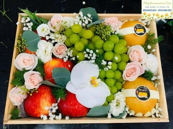 Những món quà đến từ thiên nhiên luôn được đề cao và sử dụng với giá trị tinh thần ý nghĩa trong mọi trường hợp. Bên cạnh hoa tươi, trái cây được lựa chọn với ý nghĩa mang lại lợi ích sức khỏe cho người dùng, đặc biệt là trong bối cảnh vệ sinh an toàn thực phẩm đang đi xuống như hiện nay. Trái cây trong tự nhiên chứa nhiều vitamin và dinh dưỡng, tốt cho sức khỏe con người. Đặc biệt đối với phụ nữ, trái cây là thực phẩm quan trọng trong việc làm đẹp, một số loại trái cây nếu sử dụng với hàm lượng đúng sẽ mang lại vẻ đẹp cho làn da, mái tóc... Chính vì những tác dụng tích cực của trái cây, xu hướng quà tặng giỏ hoa quả đang được ưa chuộng khi món quà tặng này không những gắn kết mối quan hệ tốt đẹp mà còn mang lại ý nghĩa thiết thực trong việc hướng đến sống khỏe, sống xanh. Một lời chúc sức khỏe luôn là lời chúc quý giá và giỏ hoa quả đi kèm luôn mang giá trị tinh thần cao, được đón nhận nhiệt thành nhất.