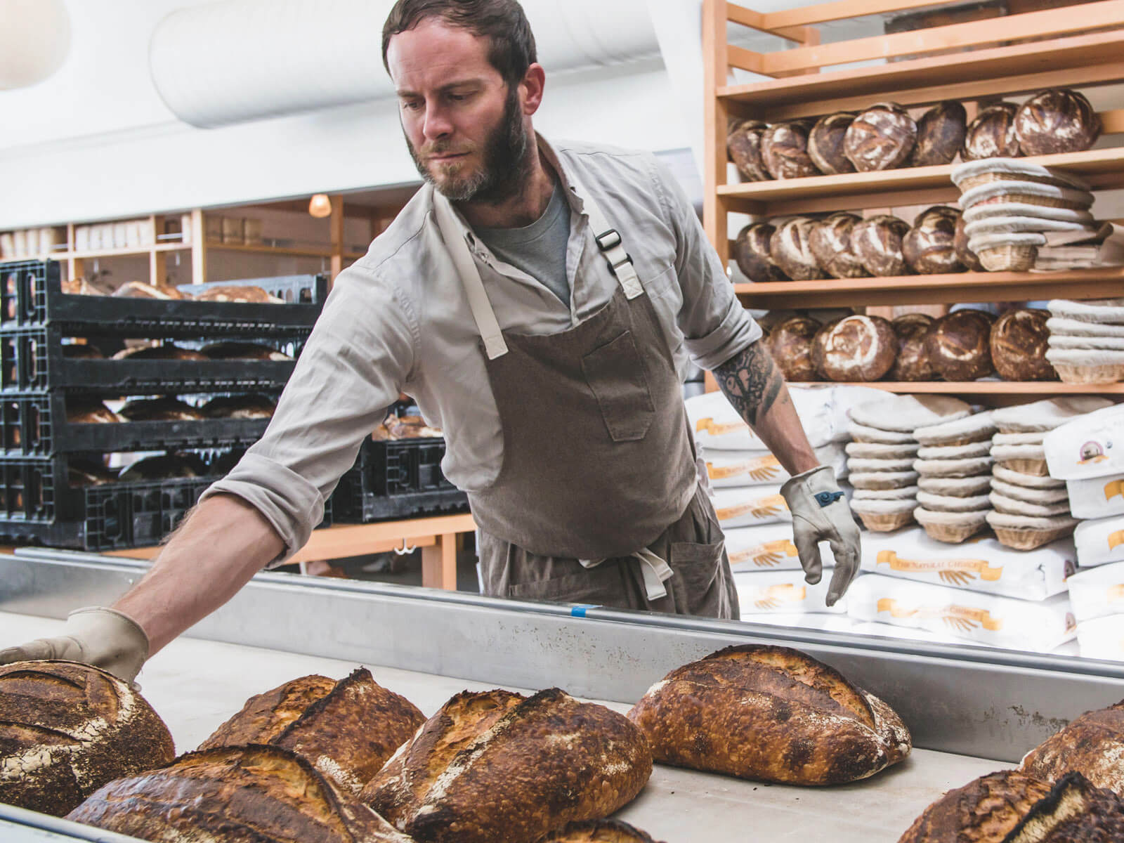 Inbakeries, it's mainly used to blow off bread crumbs. For thesnack food factories, compressed air is needed to generate nitrogen, which purges the ambient air from the packaging bag.