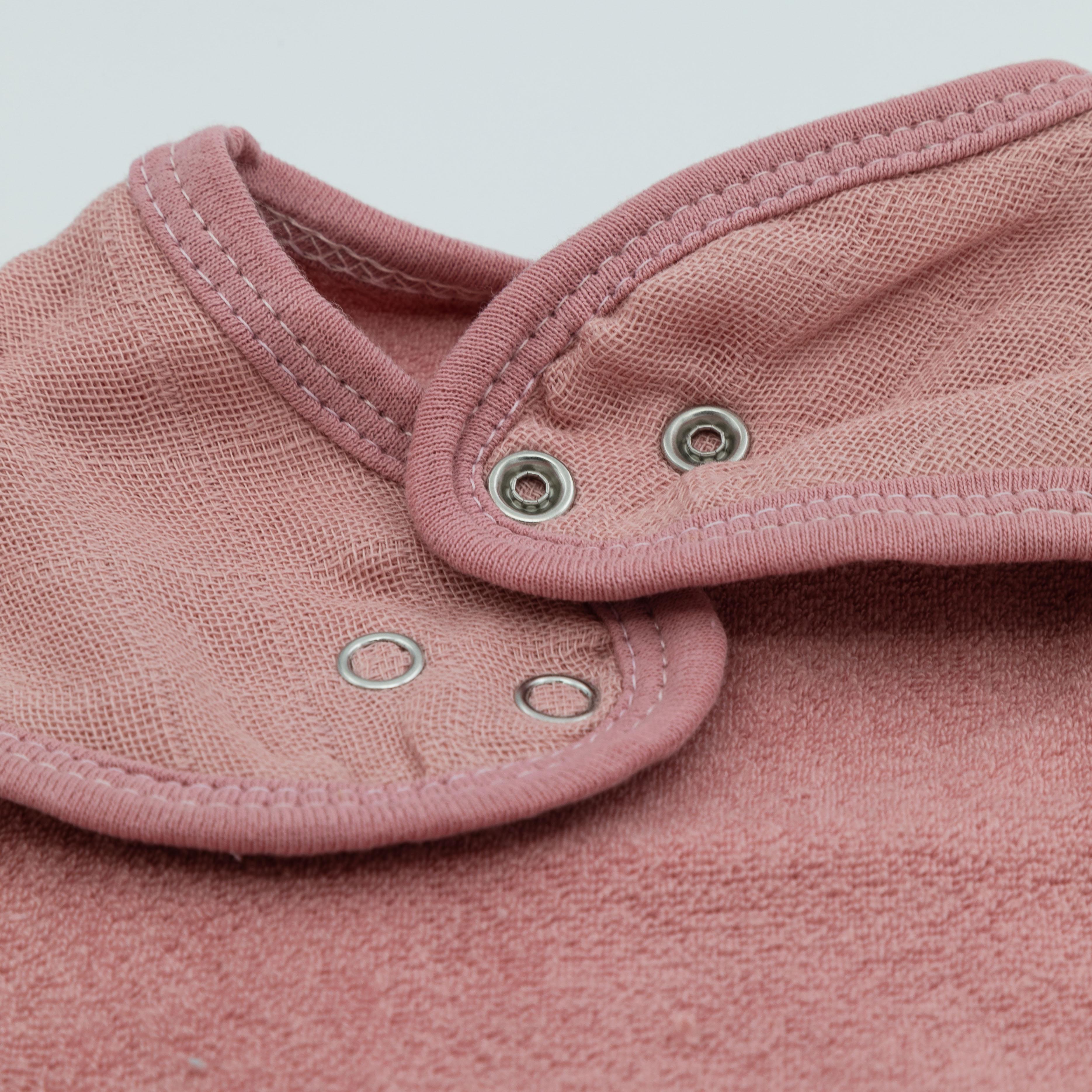 Druckknöpfe von Dreieckstuch in rosa.