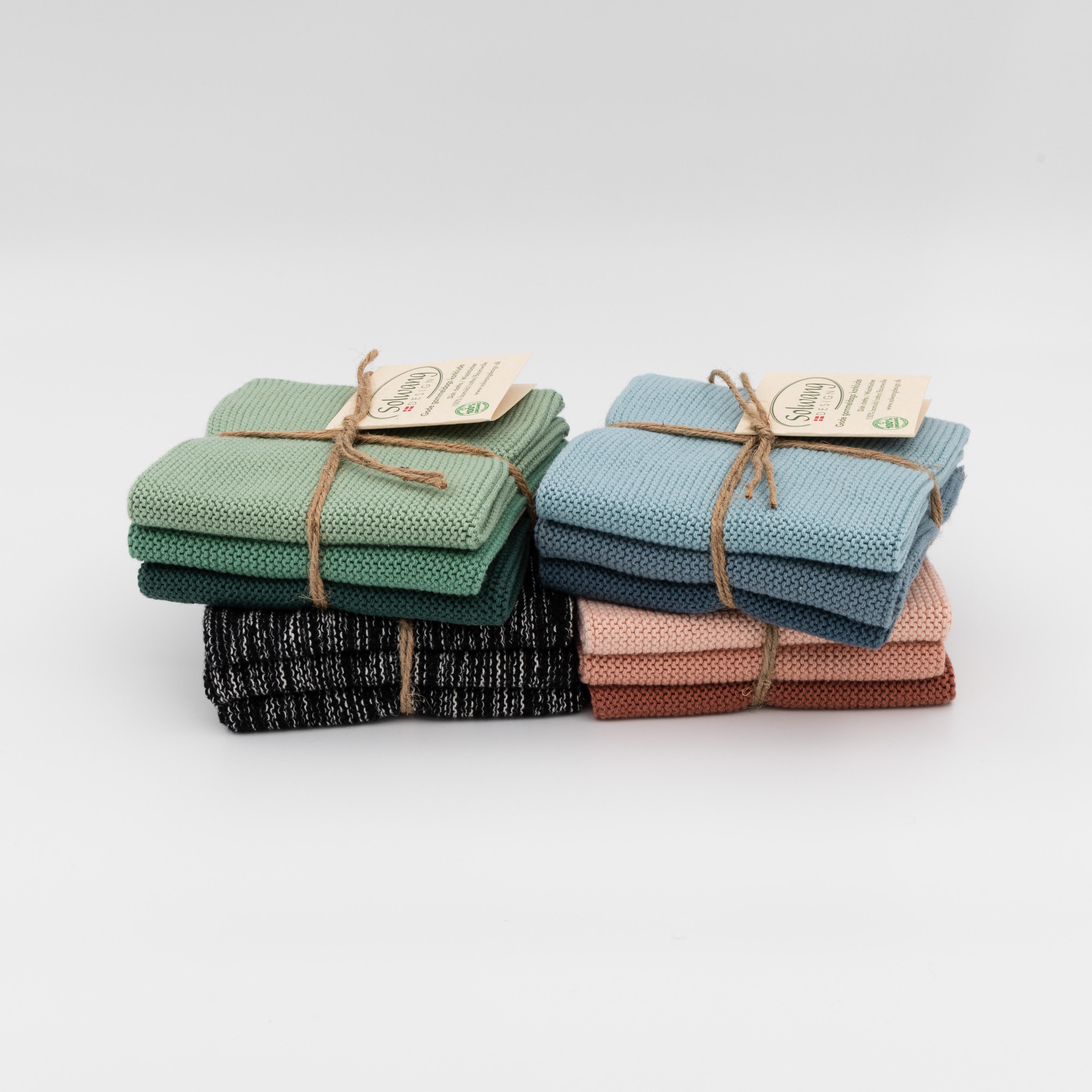 3er-Set Wischlappen platziert in den Farben grün, blau, schwarz und aprikose.
