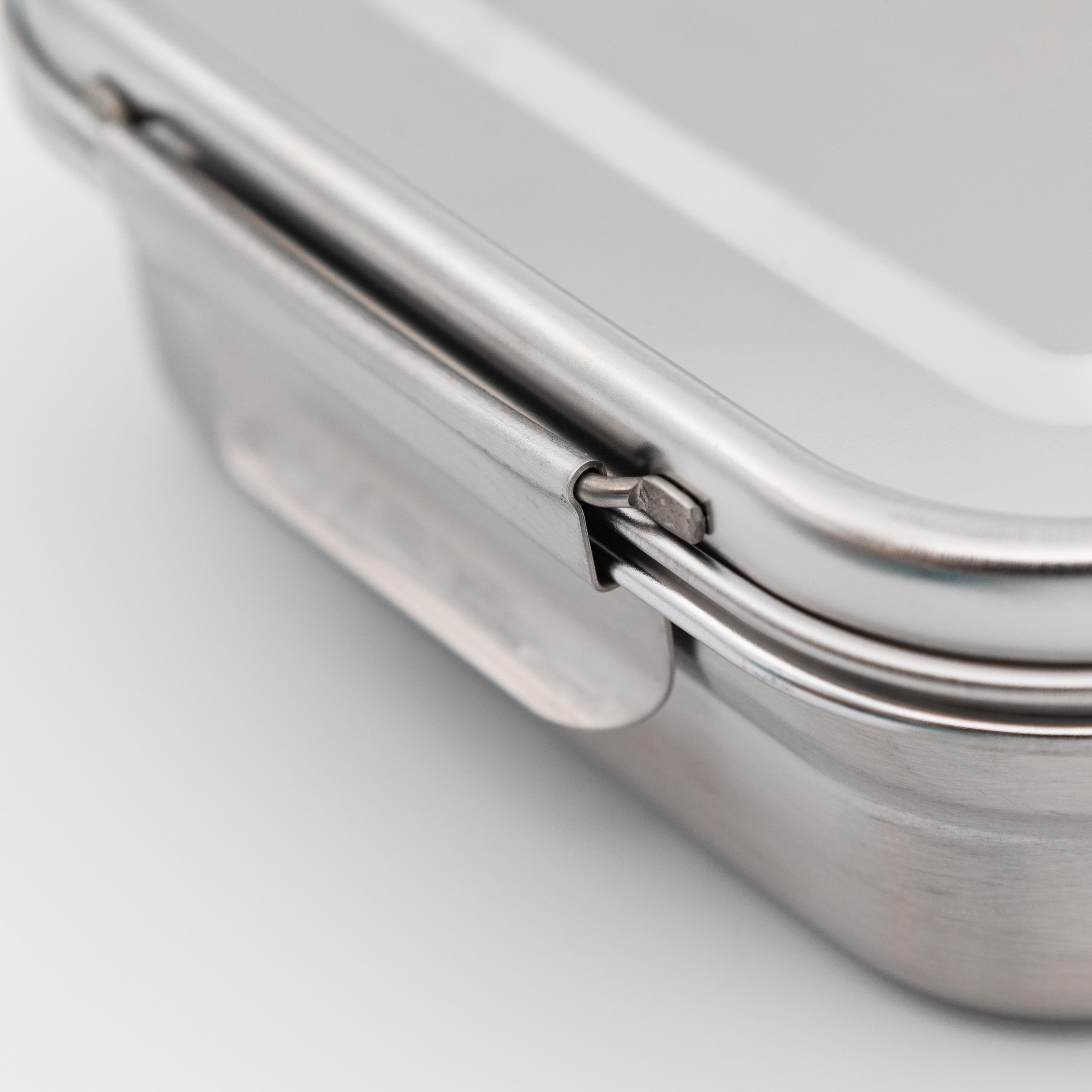 Detail Öffnungslasche von Lunchbox aus Edelstahl.