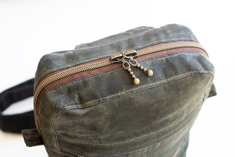 www.arabesque-scissors.com/articles/new-year-new-bag-sandhill-sling-review - double zipper for functionality