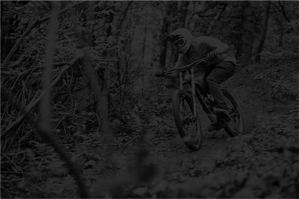 Marco Monti pratica la mountain bike sull'Alpe di Monghidoro