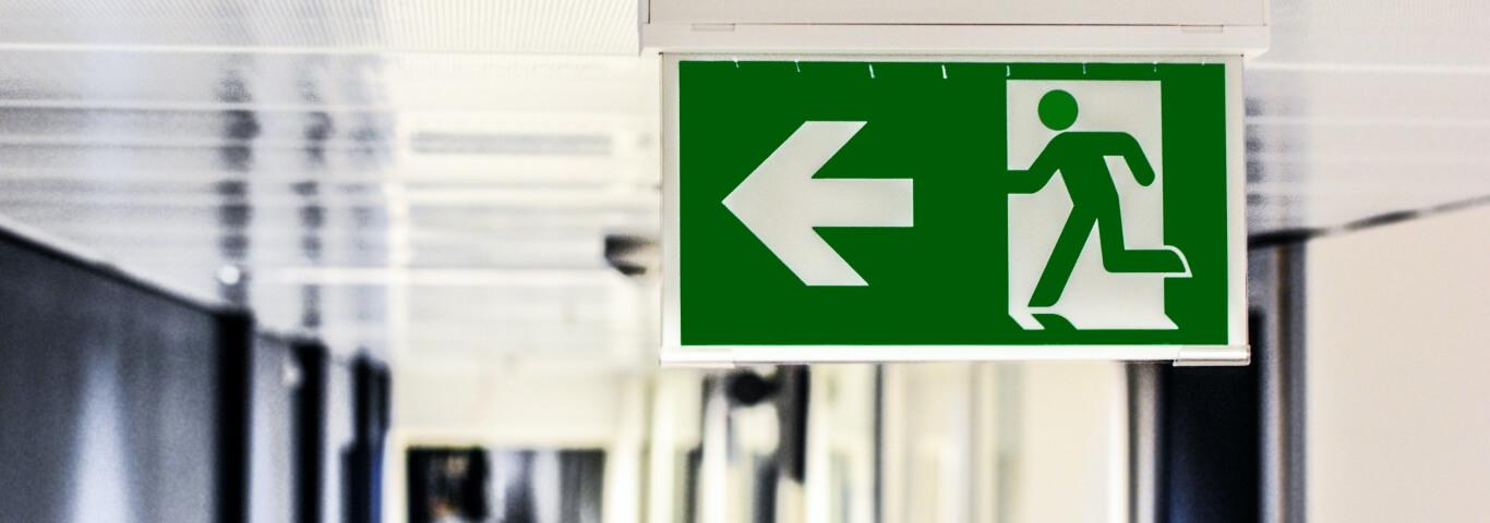 Placa verde que sinaliza direção