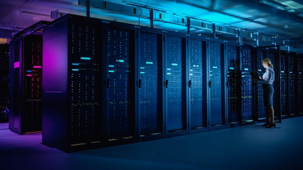 Armazenamento e backup - servidores na nuvem publica ou privada. Servidores data center físicos e técnica realizando análises