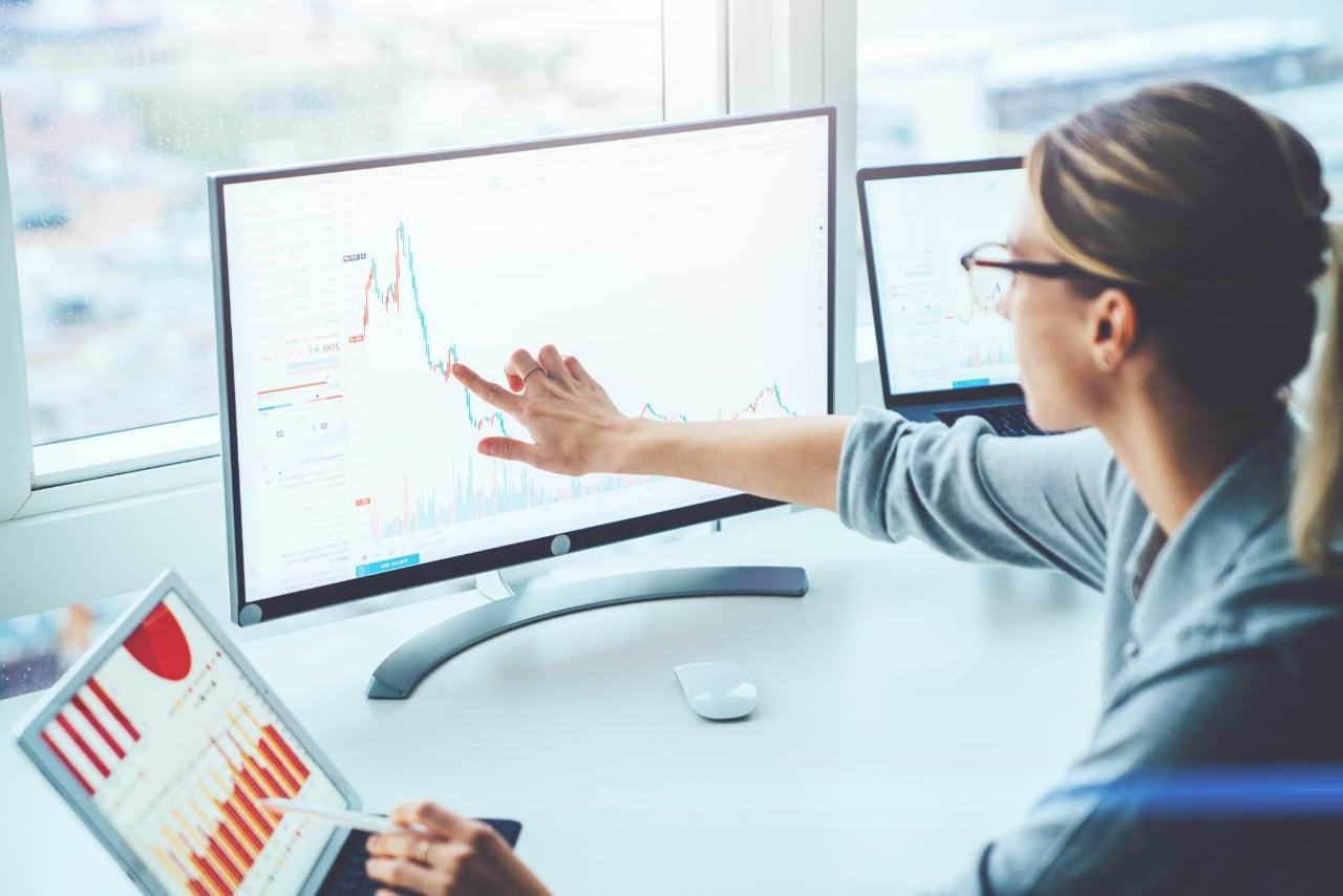 Monitoramento de Rede PRGT Monitor Paessler - Mulher aponta para tela com dados de monitoramento