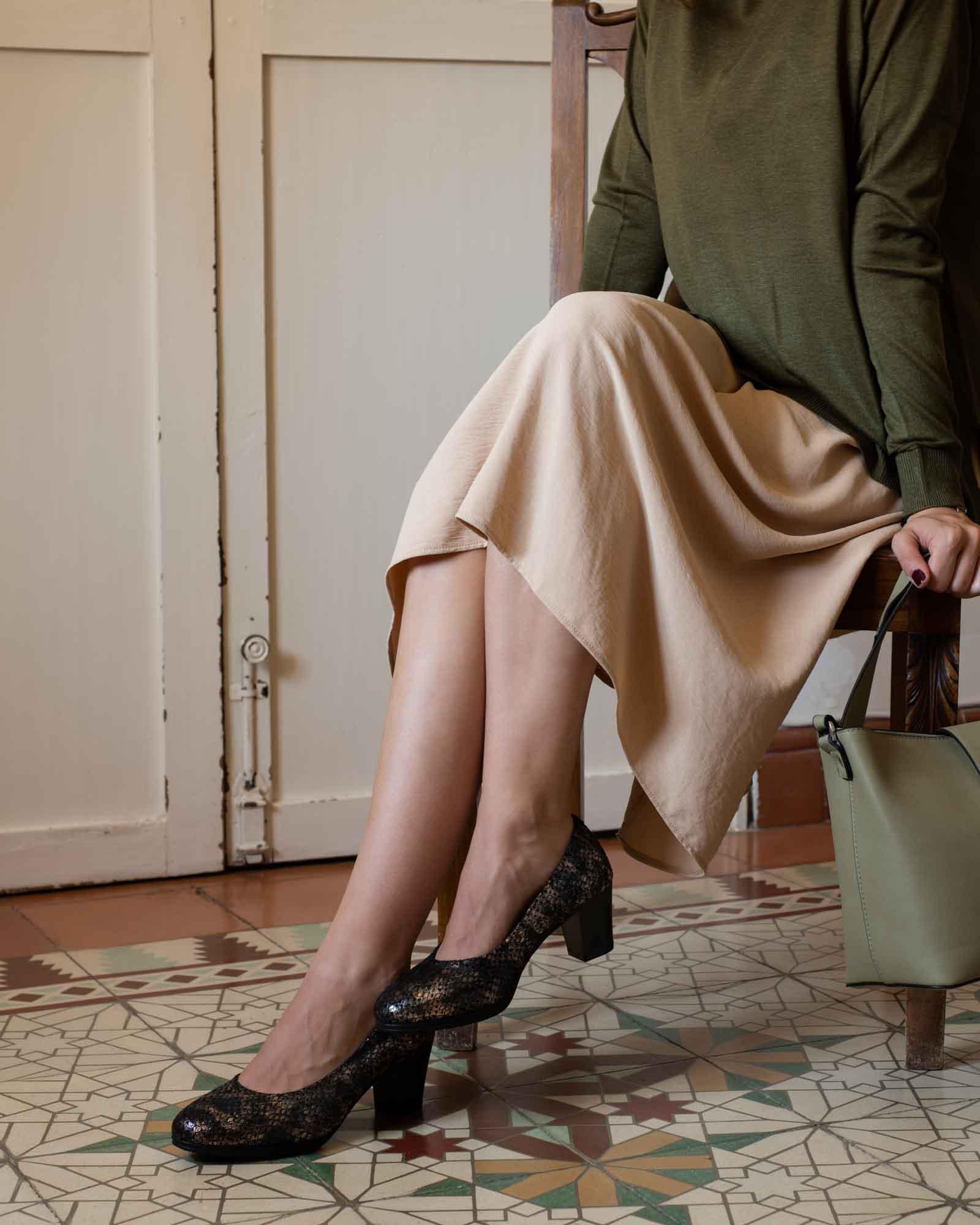 Foto de piernas y zapatos de mujer con tejas marrones españolas