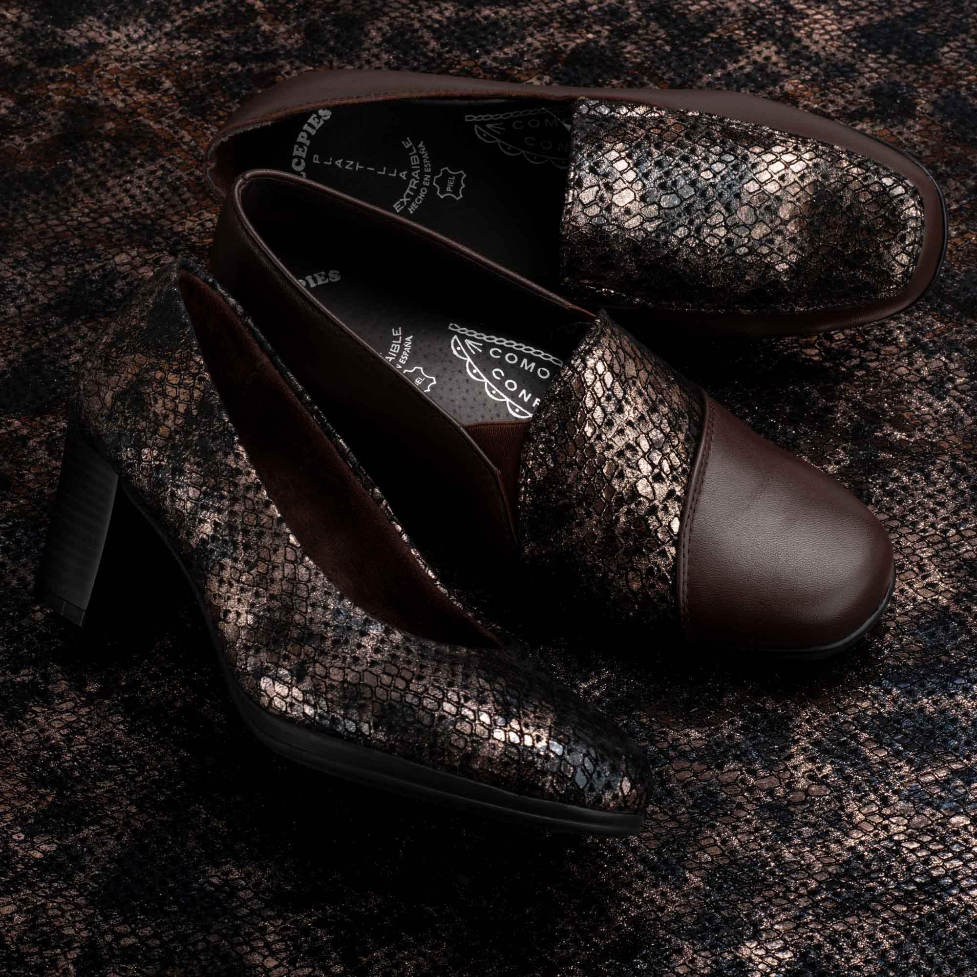 Dos pares de zapatos de otoño marrónes