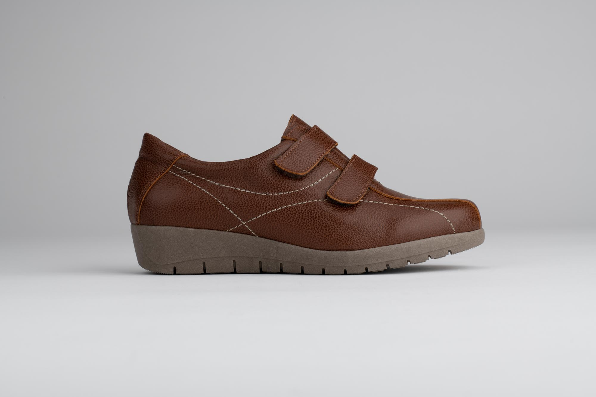 Foto de estudio de zapato marrón claro