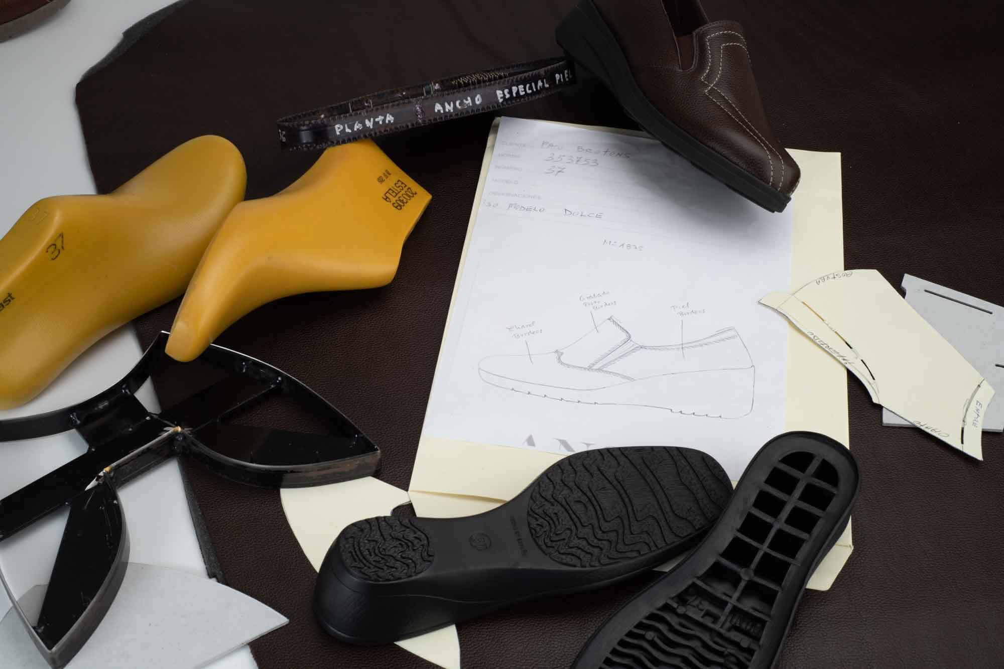 Ejemplo de diseño, horma y piso sobre piel grabada marrón
