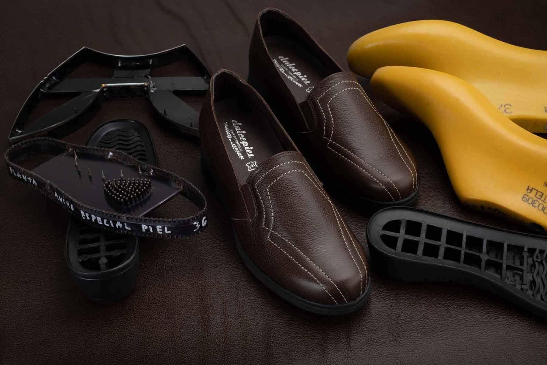 Zapatos marrones con horma amarilla y modelos sobre piel grabada marrón